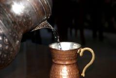 Antieke koperkruik †‹â€ ‹en waterglas stock afbeeldingen