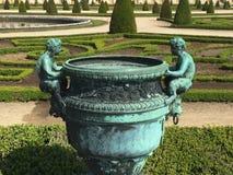 Antieke kruik in de tuin royalty-vrije stock foto
