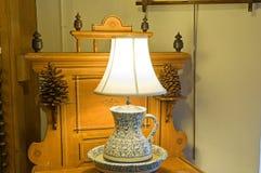Antieke lamp op opmaker stock foto