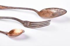 Antieke lepels en vork, witte achtergrond Royalty-vrije Stock Foto's