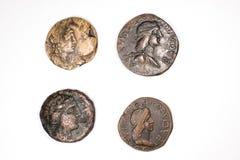 Antieke muntstukken op een witte achtergrond stock foto