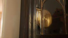 Antieke muurklok met een slingerclose-up, schuine stand stock videobeelden