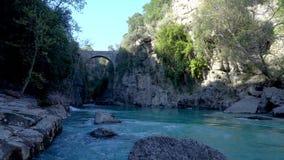 Antieke Oluk-Brug over de kreek van Kopru Irmagi in het nationale park van Koprulu Kanyon in Turkije stock videobeelden
