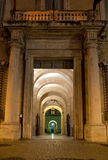 Antieke passage 's nachts in Rome, Italië Stock Foto's