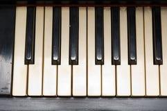 Antieke piano met geelachtige oude toetsenbordclose-up Stock Fotografie