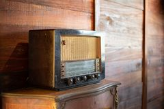 Antieke radio op houten achtergrond royalty-vrije stock afbeelding