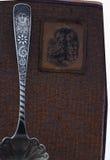 Antieke receptenboek en lepel Royalty-vrije Stock Foto's