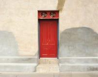 Antieke rode deur Royalty-vrije Stock Afbeeldingen
