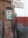 Antieke roestige benzinestationpomp royalty-vrije stock foto