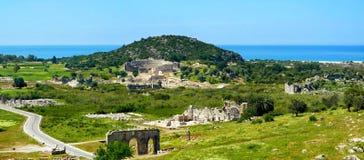 Antieke ruïnes, amphitheatre en poort dichtbij Patara-strand, Turkije royalty-vrije stock foto's