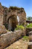 Antieke ruïnes in het park op een heldere zonnige dag royalty-vrije stock foto's