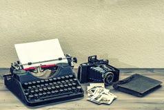 Antieke schrijfmachine en uitstekende fotocamera Royalty-vrije Stock Foto's