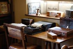 Antieke schrijfmachine op een bureau Ouderwets bureau royalty-vrije stock foto's
