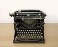 Antieke schrijfmachine op een houten bureau Stock Foto