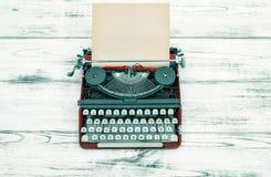 Antieke schrijfmachine op houten lijst Uitstekende stijl royalty-vrije stock foto