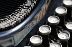 Antieke schrijfmachine van begin 20ste eeuw bij de industrietentoongesteld voorwerp in een kunstgalerie Stock Afbeelding