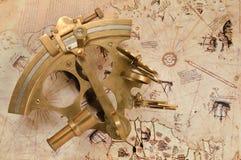 Antieke sextant op oude kaart Royalty-vrije Stock Afbeeldingen
