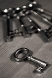 Antieke sleutels op een lijst Royalty-vrije Stock Afbeeldingen