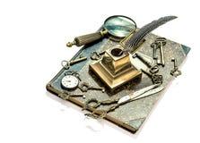 Antieke sleutels, zakhorloge, inktpen, loupe, boek Royalty-vrije Stock Foto's