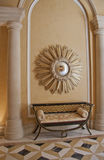 Antieke sofa en starburst convexe spiegel royalty-vrije stock foto