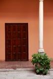 Antieke Spaanse deur in oud terras Stock Afbeeldingen