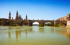 Antieke steenbrug over Ebro rivier in Zaragoza Royalty-vrije Stock Fotografie
