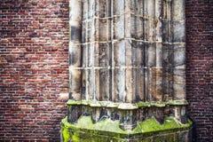 Antieke steenkolom van oude kerkmuur als textuurclose-up De achtergrond van de foto Stock Afbeelding