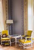 Antieke stoelen en lijst Royalty-vrije Stock Fotografie