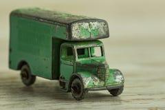 Antieke stuk speelgoed stuk speelgoed auto voor vervoer van lading en mensen Stock Afbeelding