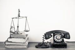 Antieke telefoon en weegschaal Stock Foto's