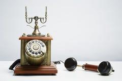 Antieke telefoon op witte achtergrond royalty-vrije stock fotografie