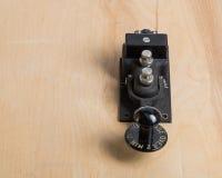 Antieke telegraafsleutel op een bureau Stock Foto