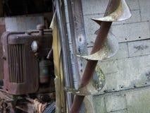 Antieke tractor en roestige bladen van landbouwbedrijfmateriaal Royalty-vrije Stock Fotografie