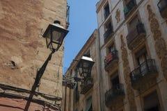 Antieke uitstekende lantaarn op muur van oud huis Stock Afbeelding
