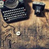Antieke van de camera oude sleutels van de schrijfmachinefoto houten de lijstwijnoogst aan stock foto