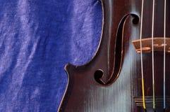 Antieke viool en blauwe linnenclose-up Royalty-vrije Stock Afbeeldingen