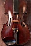 Antieke viool tegen grijze achtergrond Stock Foto