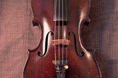 Antieke viool tegen grijze stoffenachtergrond Royalty-vrije Stock Foto