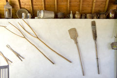 Antieke voorwerpen bij landbouwbedrijf royalty-vrije stock foto