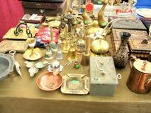 Antieke voorwerpen voor verkoop in een vlooienmarkt Stock Fotografie