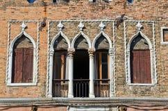 Antieke voorzijde van een oud gebouw, Venetië Royalty-vrije Stock Foto's