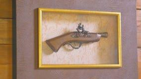 Antieke wapens Hangt op de muur stock footage