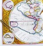 Antieke wereldkaart met verdeler Stock Foto