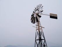 Antieke windmolen door het overzees Stock Foto