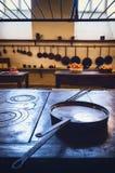 Antieke XIX een eeuw oude keuken met hulpmiddelen, pannen, potten en voedselingrediënten royalty-vrije stock afbeelding
