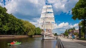 Antieke zeilboot in de stad royalty-vrije stock afbeelding