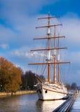 Antieke zeilboot in de stad stock foto