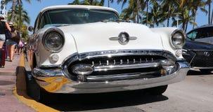 Antigüedad amarilla y blanca Oldsmobile 1955 en Miami Beach almacen de video
