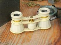 Antigüedad binocular para la venta en un mercado de pulgas Imagen de archivo