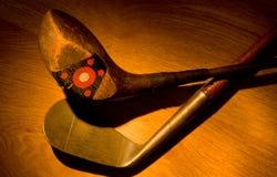 Antigüedad, clubs de golf de la vendimia pintados con la luz Imagen de archivo